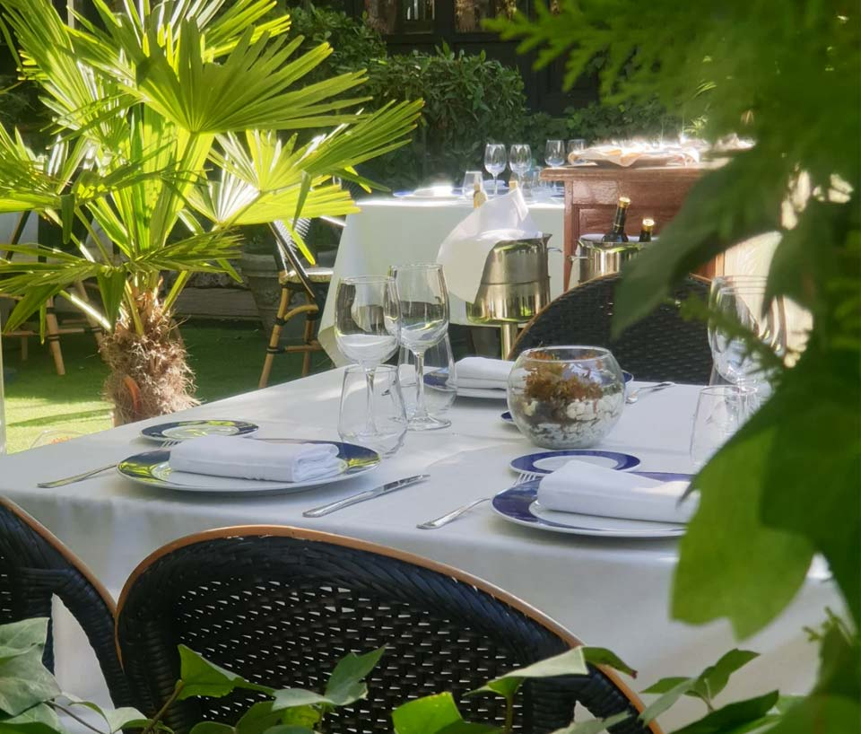 mesa preparada en la terraza exterior de casa emiliana