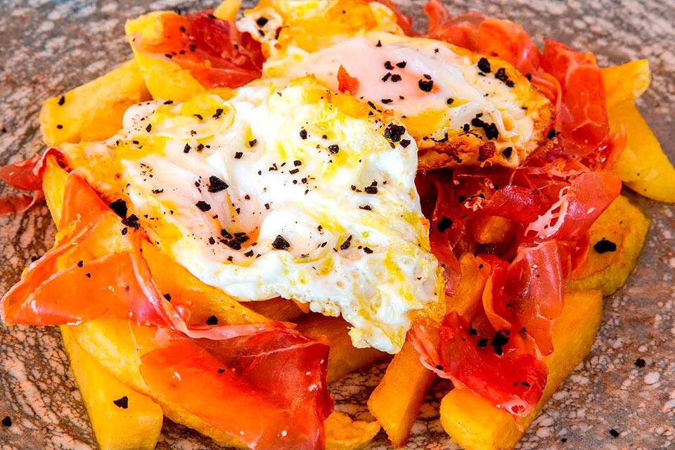 huevos fritos con jamón en casa emiliana